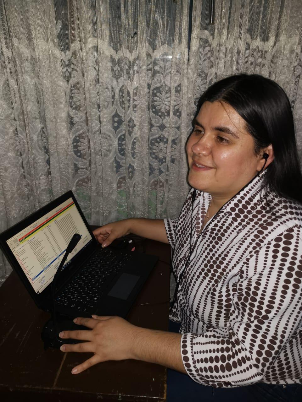 Imagen foto color de Maritza Medina interactuando con su computador